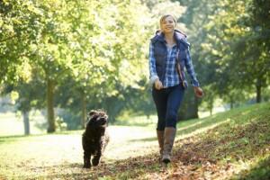 mujer-con-chaleco-caminando-con-perro-300x200