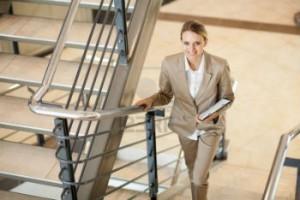 mujer-ejecutiva-subiendo-escaleras-300x200