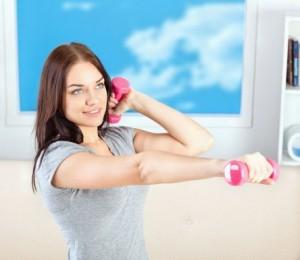 mujer-flexionando-los-brazos-con-mancuernas-300x260