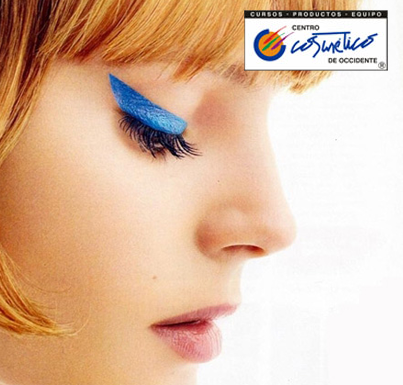 Cat eye azul ¿te atreves? el delineado de la temporada